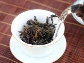 古人论水泡茶的唯美诗句《烹茶人换世,遗灶水中央. 千载公仍至,茶成水亦香》赏析